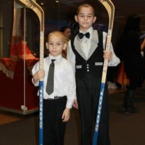 Дед Морозов: капитан сборной РФ по хоккею подписал подарки подшефным Фонда