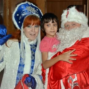 Дед Мороз и Снегурочка в гостях у детей-инвалидов