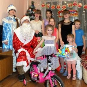 Дед Мороз и Снегурочка в гостях у маленьких казанцев