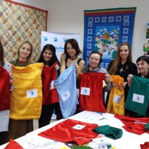 """Волонтёры фонда """"День добрых дел"""" сшили мешочки для подарков детям"""
